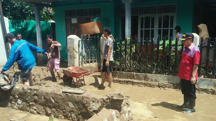 Tinjau Korban Banjir, Herman HN Serahkan Bantuan