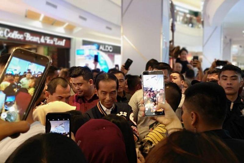 Kehebohan Saat Jokowi Blusukan ke Mal di Medan