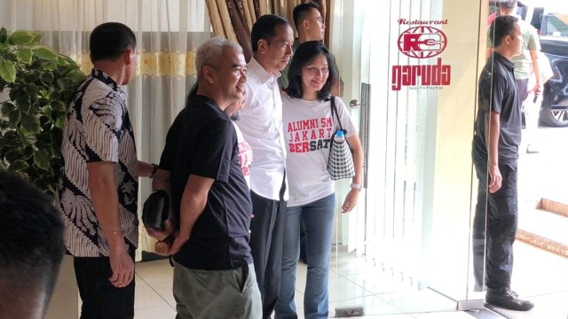 Mesranya, Jelang Debat Jokowi Makan Siang Bersama Keluarga