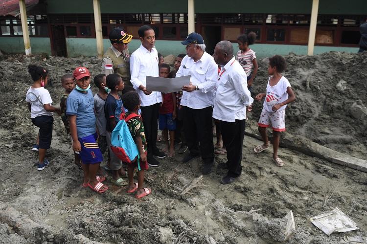 Sambangi Korban Banjir, Presiden Dihadang Anak-Anak