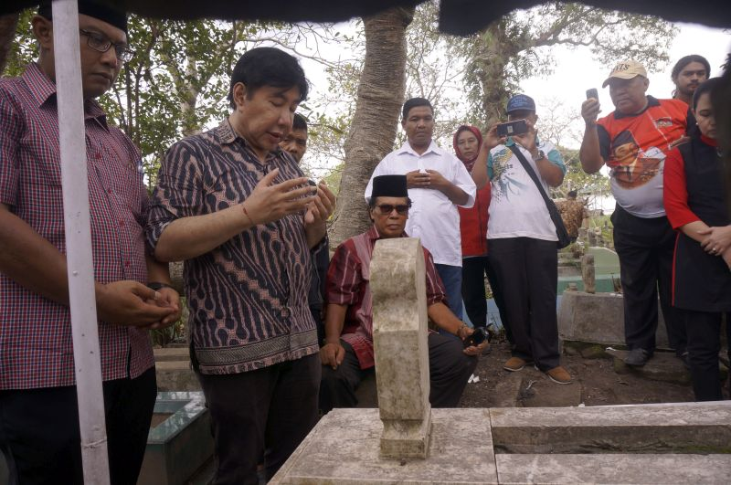 Guruh Soekarnoputra Ziarah ke Makam Sarinah