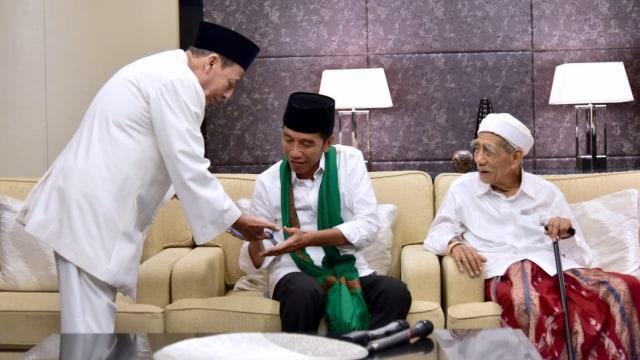 Mbah Moen dan Habib Lutfi Beri'Bekal' Jokowi Hadapi Pilpres