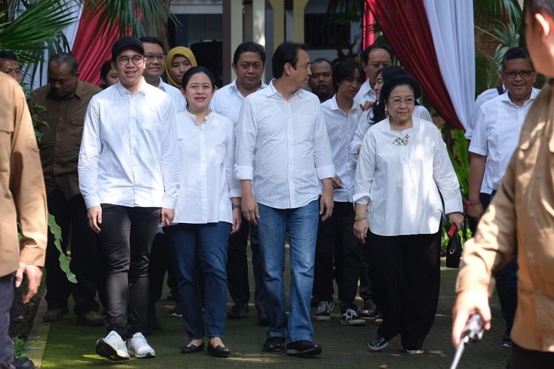 Nyoblos di TPS, Megawati Kompak Pakai Baju Putih