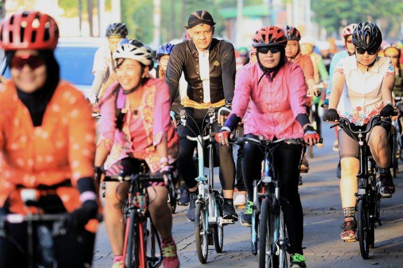 Rayakan Hari Kartini, Ganjar dan Istri Bersepeda