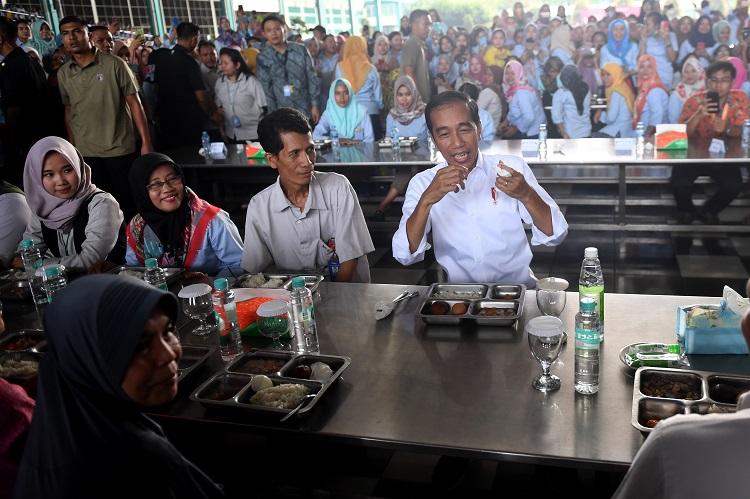 Merakyat, Presiden Makan Siang Bersama Buruh di Tangerang