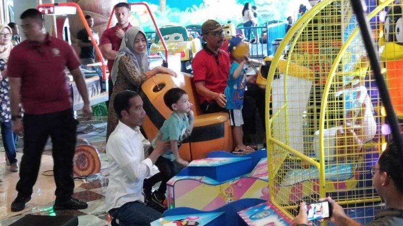 Hari Buruh, Jokowi Asyik 'Ngemall' Bersama Keluarga