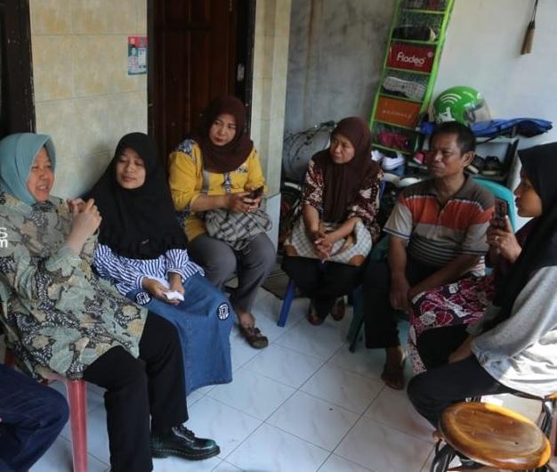 Risma Kunjungi Keluarga KPPS Meninggal di Simokerto Surabaya
