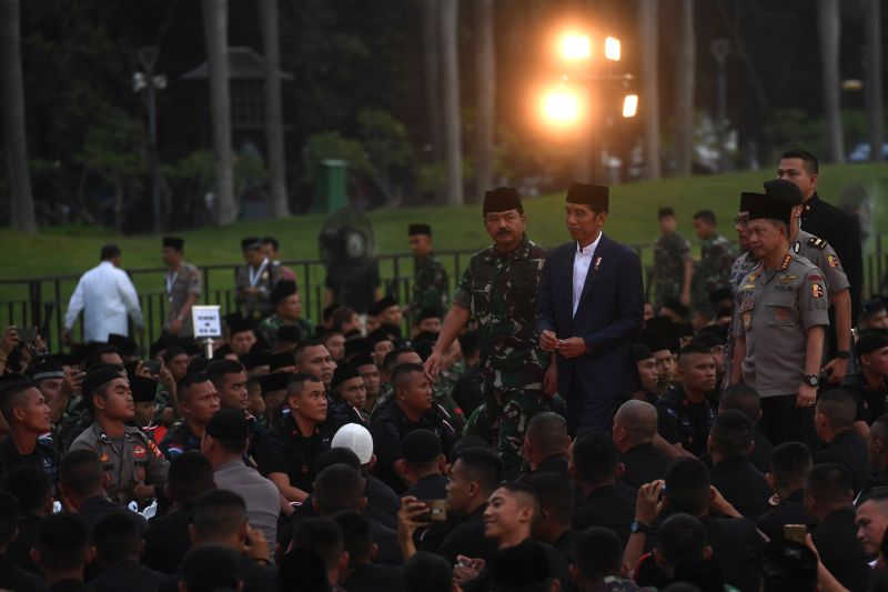 Hujan Tak Surutkan Jokowi Bersama TNI-Polri Magrib Berjemaah