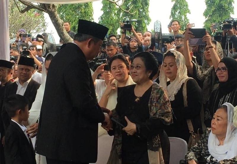 Senyum Hangat Megawati Untuk SBY