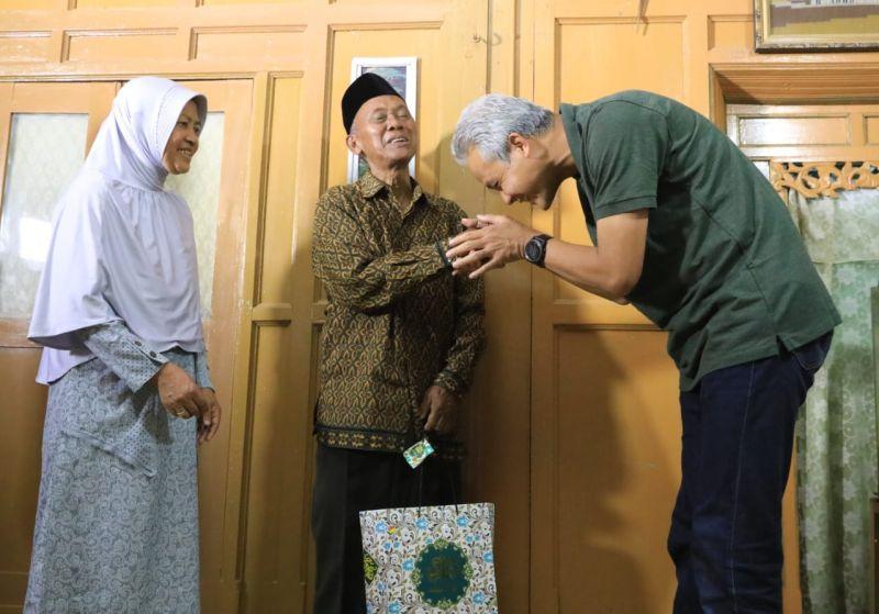 Momen Membahagiakan Saat Ganjar Kunjungi Gurunya