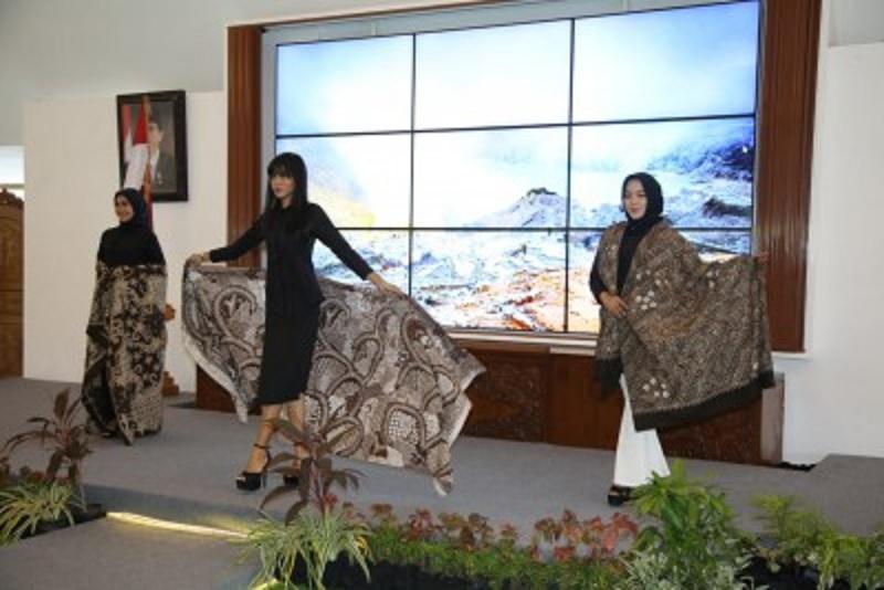Bupati Anas Dorong Industri Kreatif Kembangkan Batik
