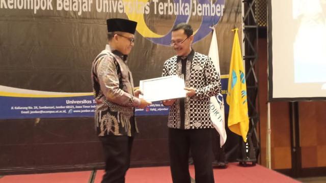 Anas Sabet Gelar Penghargaan Pendidikan dari UT Jember