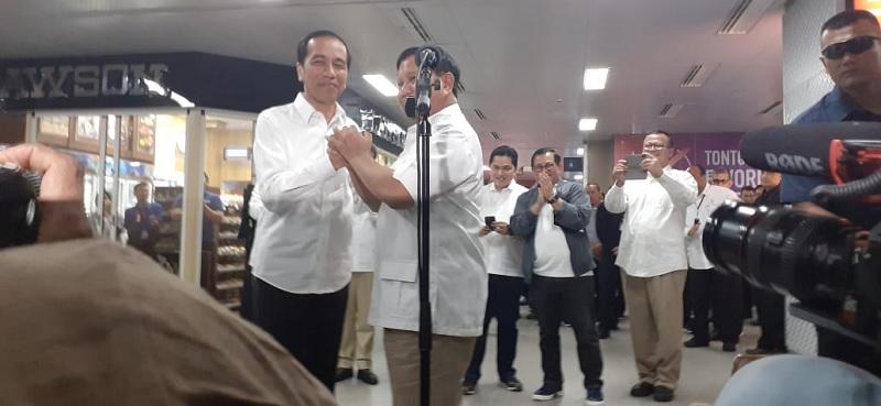 Pelukan Jokowi-Prabowo Akhiri Perang Cebong VS Kampret