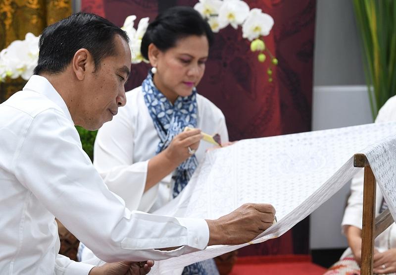 Bulan Kemerdekaan, Presiden Jokowi Membatik di Stasiun MRT