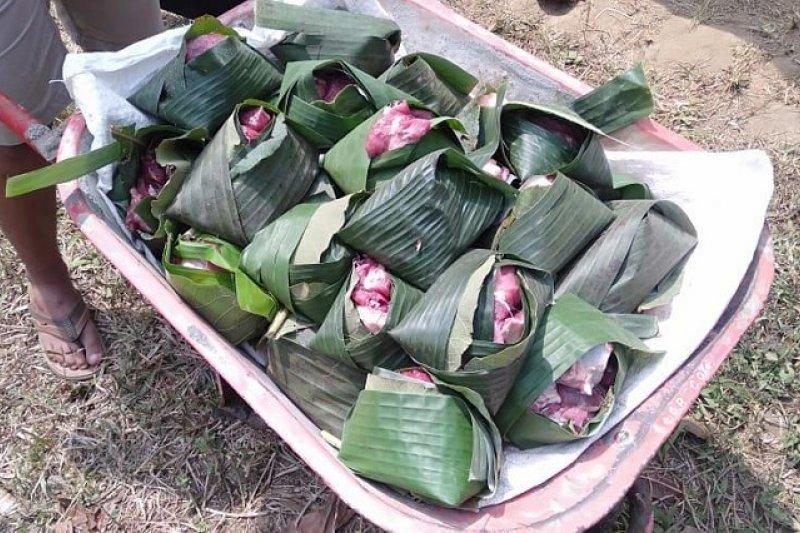 Pembagian Daging Kurban di Surabaya Gunakan Daun Pisang