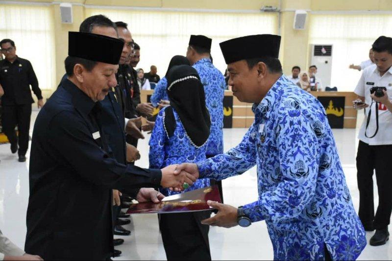 Herman HN Serahkan Piagam Satyalancana Karya Satya