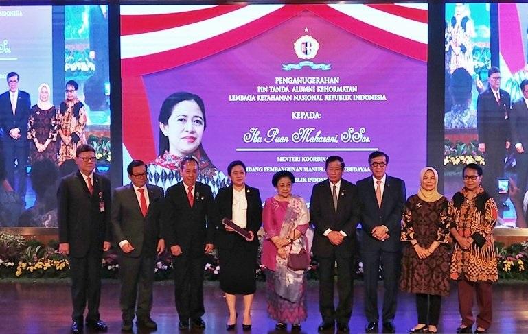 Megawati Dampingi Puan Terima Pin Tanda Alumni Lemhanas