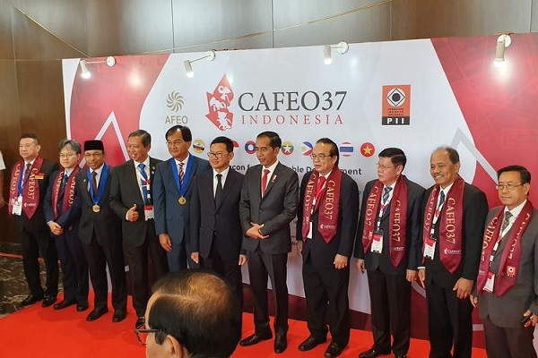 Jokowi Terima Anugerah Tertinggi Insinyur Se-Asia Tenggara