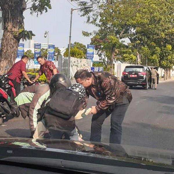 Viral Foto Wawali Whisnu Sakti Tolong Laka Pengendara