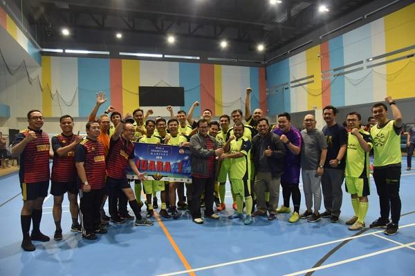 Pramono Serahkan Piala Juara 1 Liga Futsal Seskab