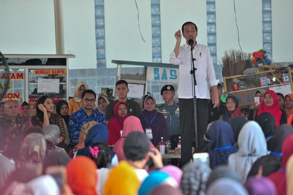 Tinjau Program Mekaar, Jokowi Ajak 2 Staf Khusus Millenial