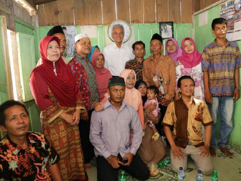 Keseruan Saat Ganjar Hadiri Pernikahan Anak Tukang Kebun
