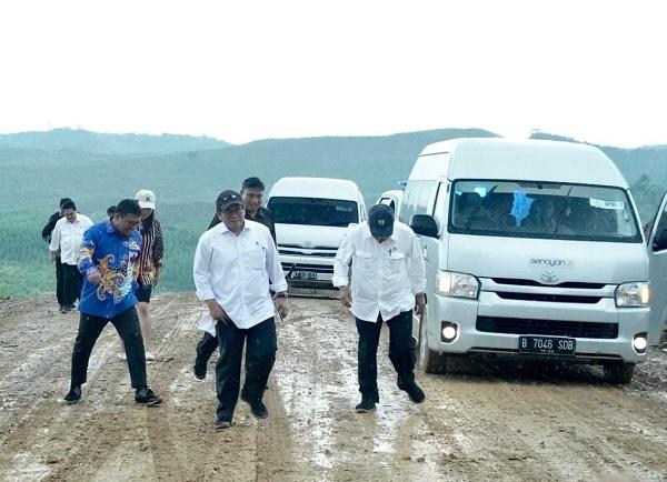 Jalan Licin, Seskab Pramono dan Menteri Basuki 'Enjoy' Aja