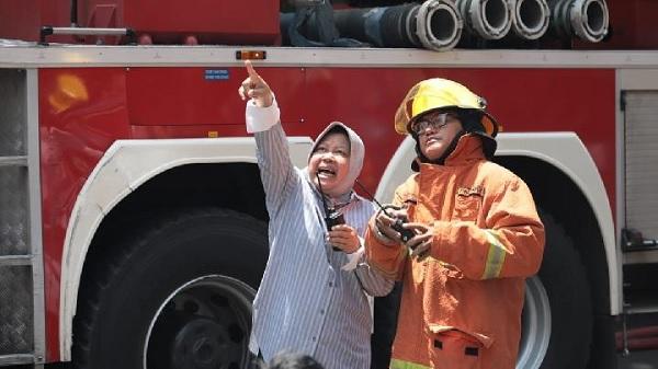 Wali Kota Risma Ikut Padamkan Api di Ruko Surabaya