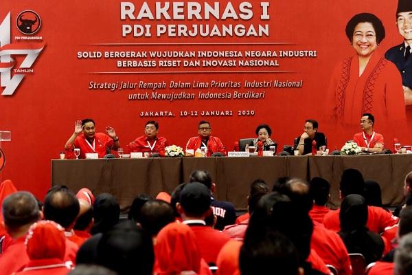 Megawati Tekun Menyimak Pemaparan PesertaRakernas
