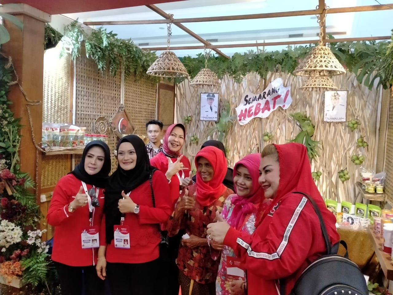 Serunya, 4 Srikandi Banteng Nikmati Jamu Khas Semarang