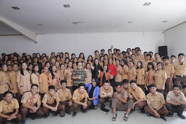 Maria Tinjau Kondisi Sapras SMP & SMA Abdi Wacana Pontianak