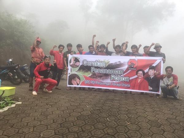 PDI Perjuangan Toraja Utara Tanam Pohon di Puncak Tirotiku