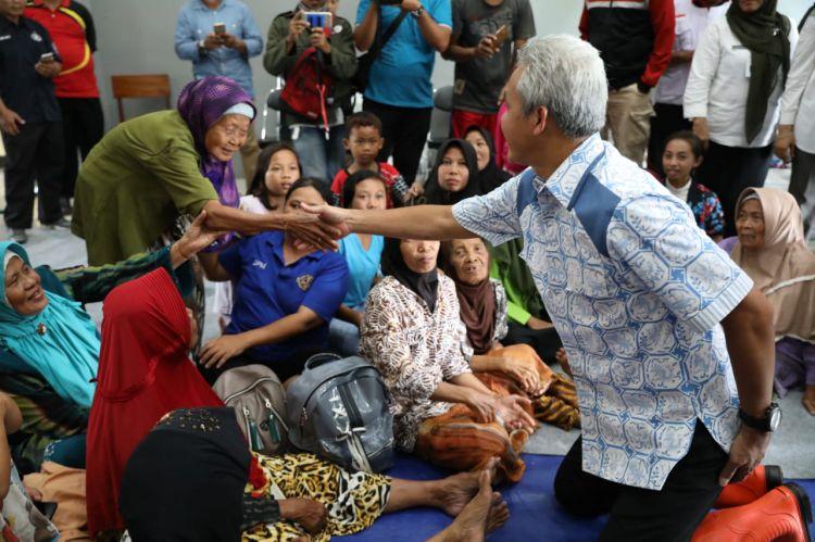 Kunjungi Pengungsi, Ganjar Pastikan Logistik Tercukupi