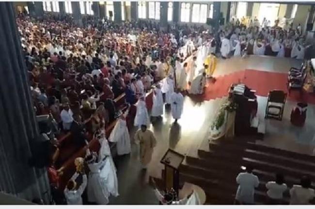Ribuan Orang Hadiri Tahbisan Uskup, Berdoalah Dalam Sunyi...