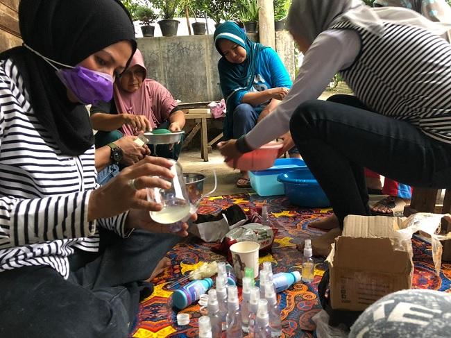 Dibagikan Gratis, Afifah Produksi Hand Sanitizer Untuk Warga