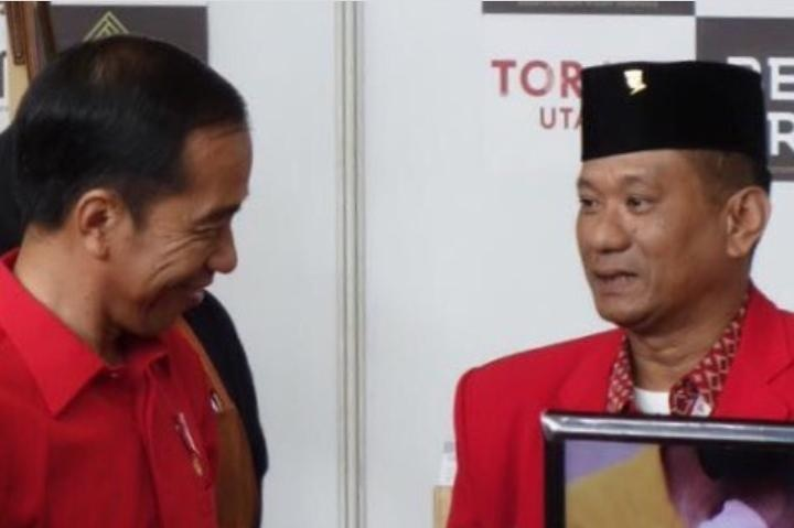 Wakil Ketua DPRD Torut Bagikan Gratis Ratusan Hand Sanitizer
