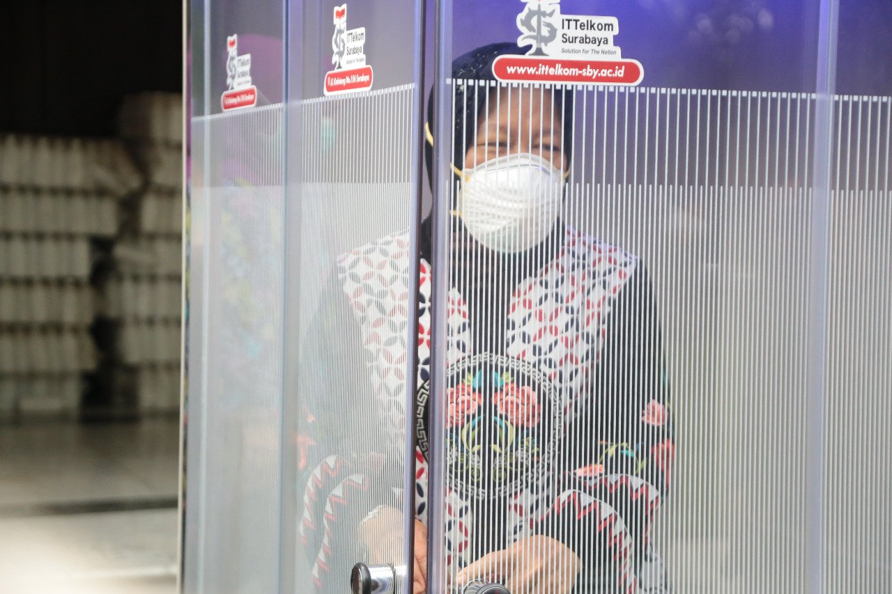 Basmi Corona, Risma Siap Perbanyak Bilik Disinfektan