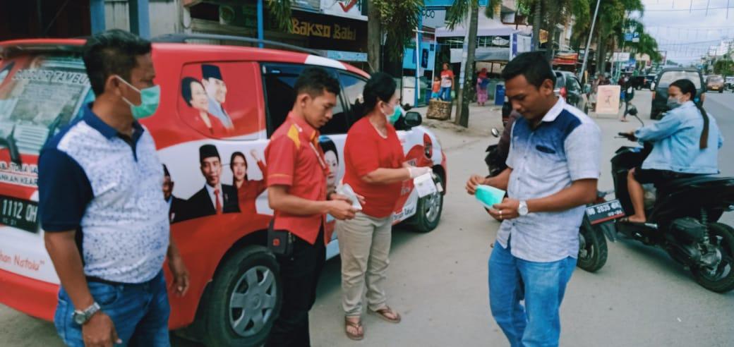 Turun ke Jalan, Srikandi Banteng Toba Bagikan Masker Gratis