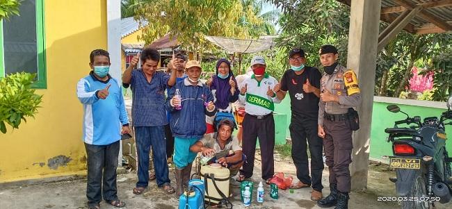 PDI Perjuangan Sambas Semprot Disinfektan di Rumah Warga