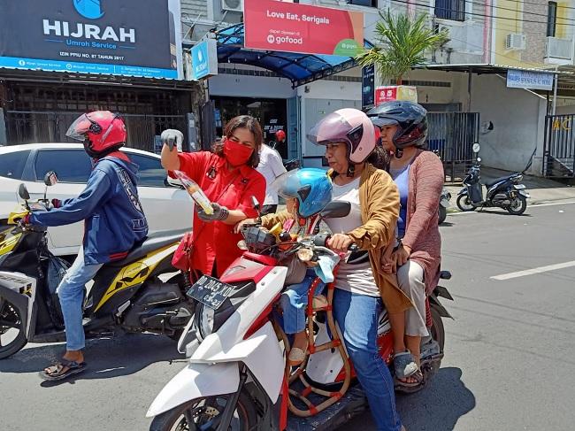 PDI Perjuangan Kota Makassar Bagikan Hand Sanitizer & Masker