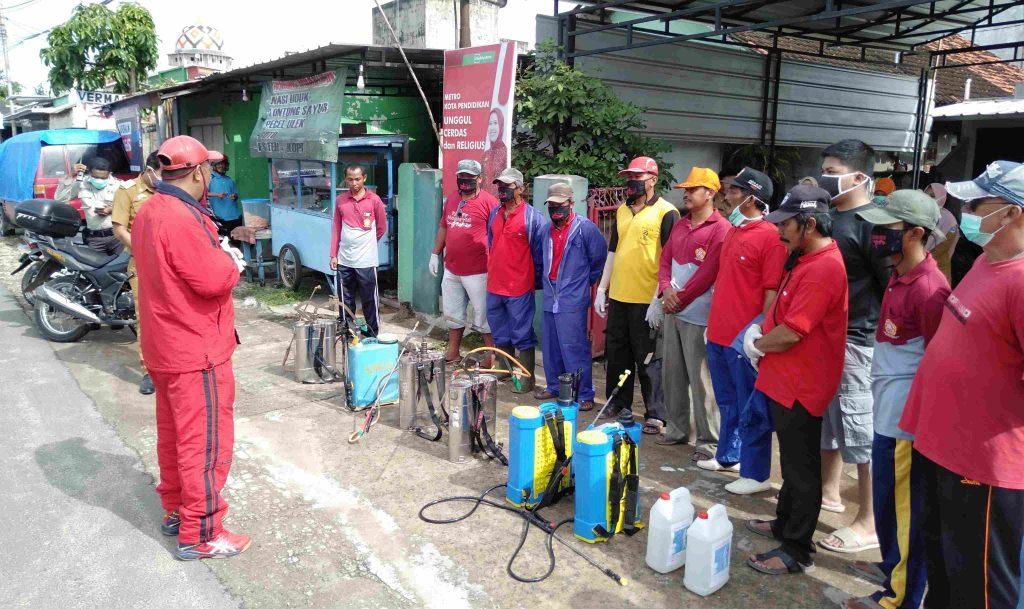 Basmi Corona, PDI Perjuangan Metro Timur Semprot Disinfektan