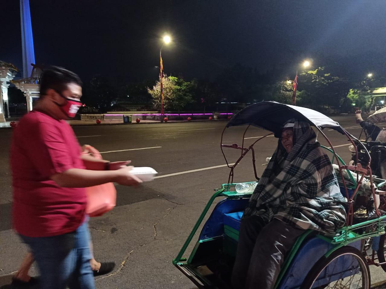 Politisi Muda PDI Perjuangan Surabaya Berbagi Sahur