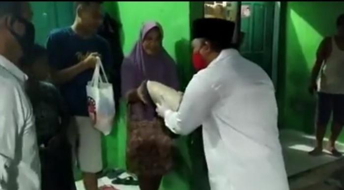Reno Yanuar Keliling 'Door to Door' Bagikan Sembako