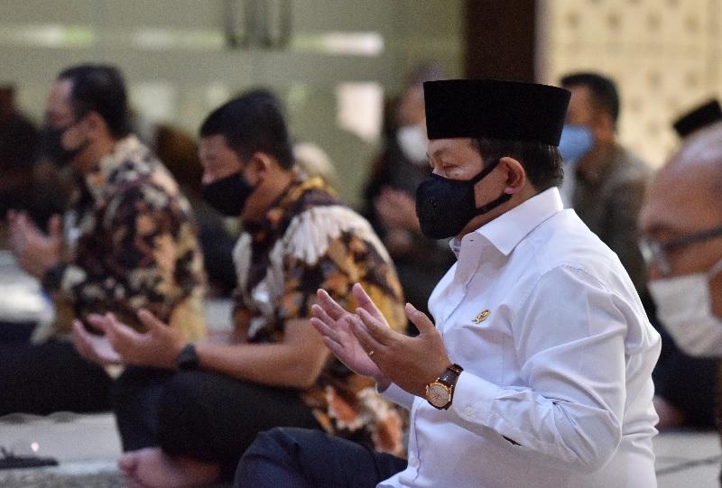 Seskab Pramono Anung Salat Jumat Sesuai Protokol Kesehatan