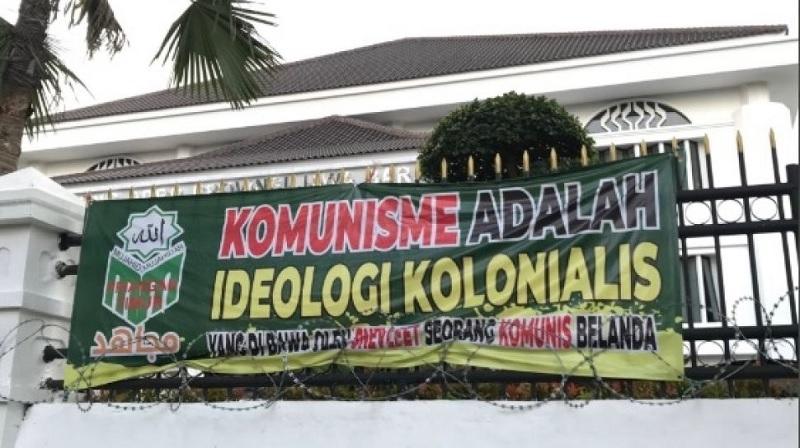 Spanduk Komunis Ideologi Kolonialis, Pertontonkan Kebodohan!