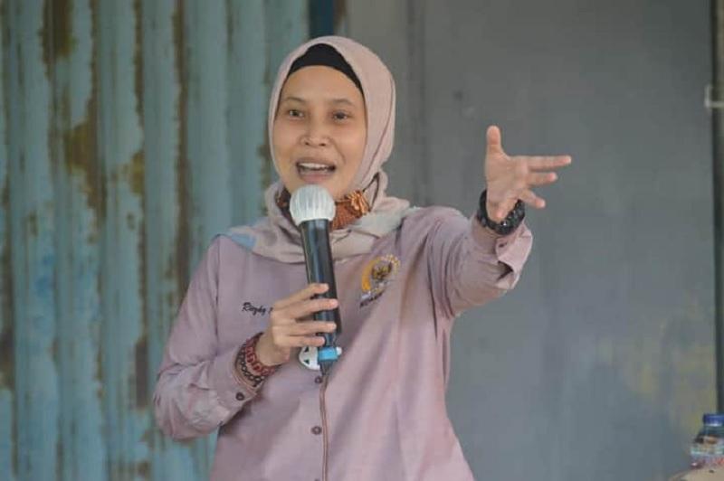 Riezky Serahkan Bantuan Peremajaan Karet Pada Petani