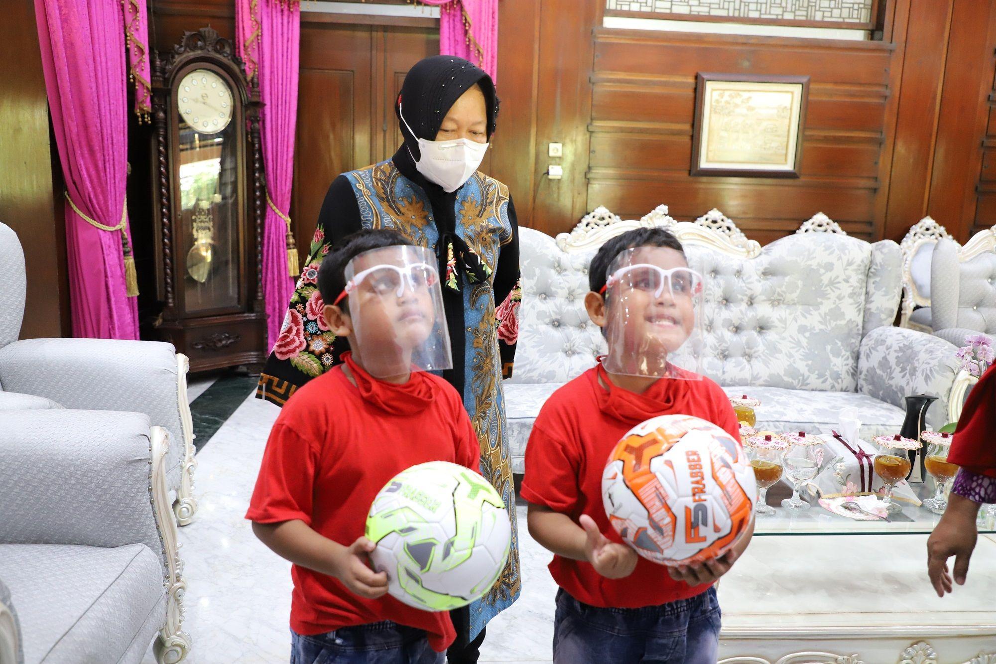 Risma Beri Bantuan ke Anak Kembar yang Hafal Alquran