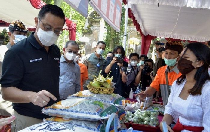 Juliari dan Bintang Tinjau Penyaluran Bansos di Bali