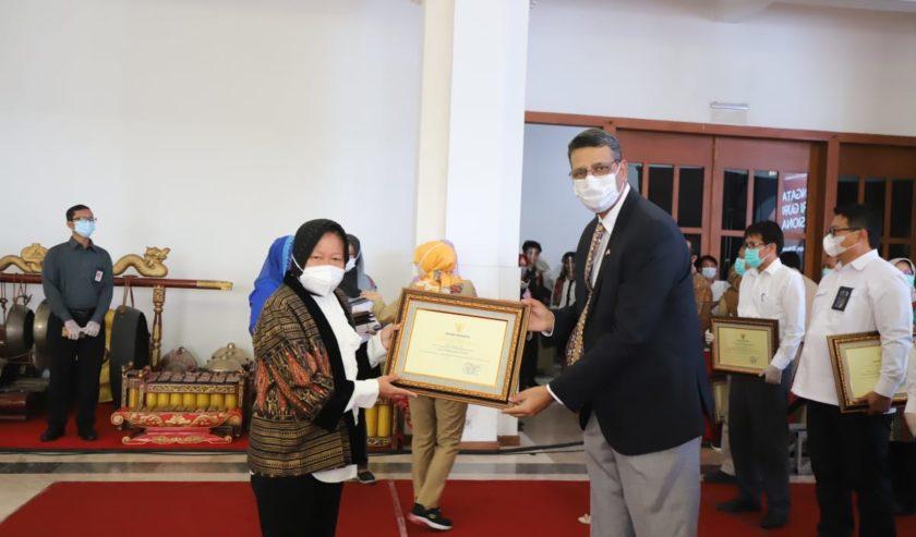 Risma Beri Penghargaan ke 37 Perusahaan/Lembaga