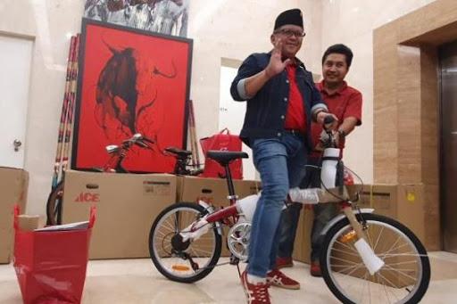 Gelorakan Nasionalisme, Hasto Asyik Bersepeda di Monas